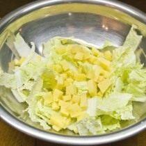Нарезаем крупно сыр и пекинскую капусту