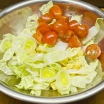 Добавляем нарезанный лук порей и томаты черри