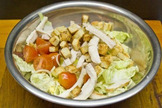В салат добавляем лимонный сок и соус. Слегка перемешиваем