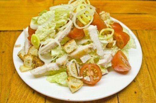 Выкладываем салат на тарелку