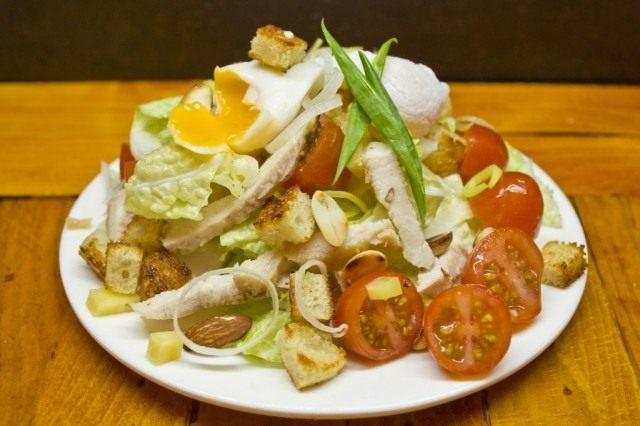Салат «Цезарь» нужно готовить перед подачей