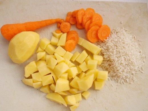 Нарежем картофель и морковь