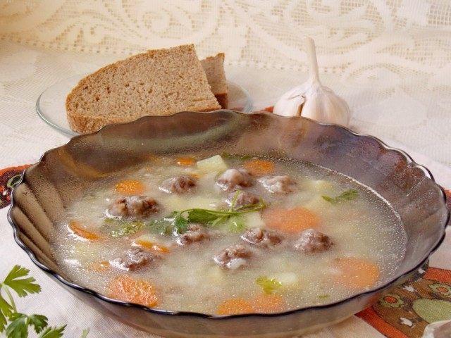 Суп с фрикадельками можно подавать со сметаной