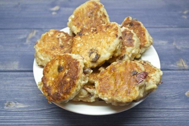 Жарим сырники по 2-3 минуты с каждой стороны до образования золотисто-коричневой корочки
