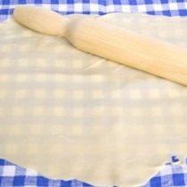 Делим тесто на 2 части и раскатываем очень тонко