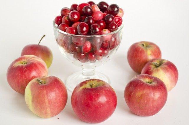 Для начинки используем сладкие яблоки и свежую клюкву