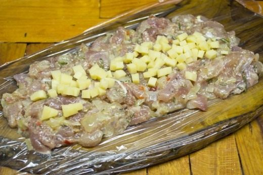 Выкладываем фарш на пищевую плёнку и в центр выкладываем нарезанный сыр