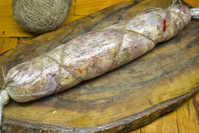 Сворачиваем и обвязываем колбаску