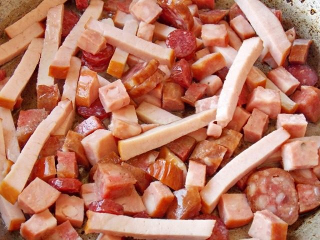 Обжариваем копчёности и колбасы