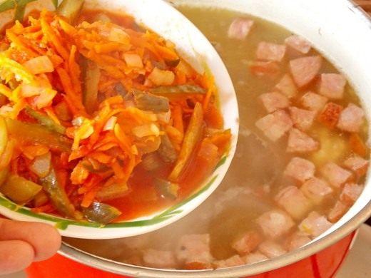 Выкладываем обжарку из овощей в бульон