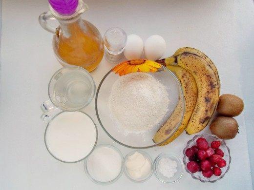 Ингредиенты для приготовления заварных блинов на кефире с фруктами и взбитыми сливками