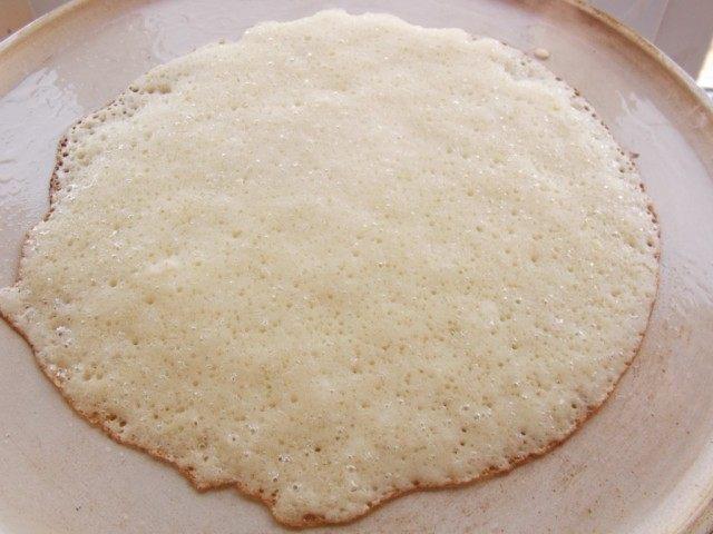 На сухую, разогретую сковороду вливаем тонкий слой теста