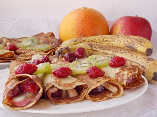 Выкладываем завернутые блинчики с фруктами на тарелку украсив фруктами