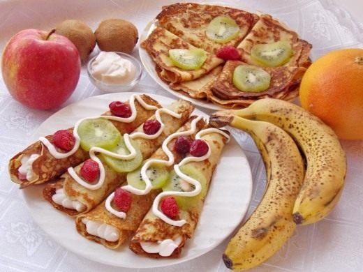 Блинчики с фруктами и взбитыми сливками
