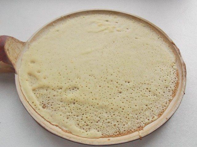 На раскалённую, смазанную маслом, сковороду наливаем тесто