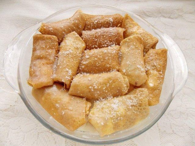 Третий слой смазываем маслом, присыпаем сахаром, накрываем и ставим томиться