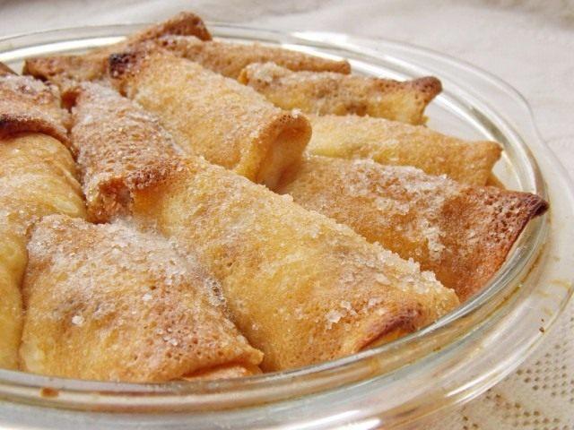 Вариант 1: Выкладываем налистники в форму , смазываем маслом и щедро присыпав сахаром ставим запекаться
