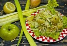 Постный картофельный салат с сельдереем и яблоком