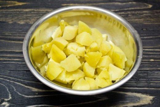 Нарезаем крупными кубиками отваренный в мундире картофель