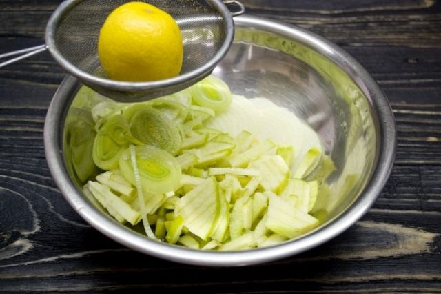 В отдельную миску нарезаем репчатый лук, лук-порей и кислое зелёное яблоко