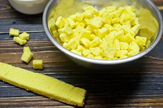 Готовим жёлтые бисквитные кубики
