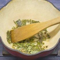 В растительном масле обжариваем сухие листья карри и кориандр