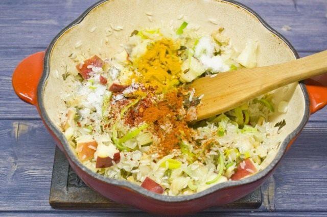 Слегка обжариваем в масле сухой рис, добавляем специи и заливаем холодной водой