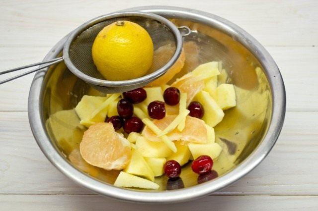 Выжимаем сок из свежего лимона