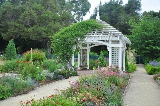 Беседка в саду Elizabeth F. Gamble