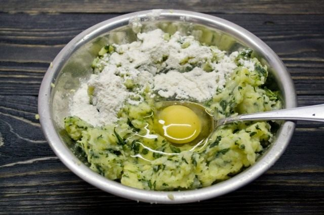 Добавляем сырое куриное яйцо, пшеничную муку, приправляем специями и солью