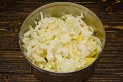 Шинкуем белокочанную капусту или листья пекинской капусты