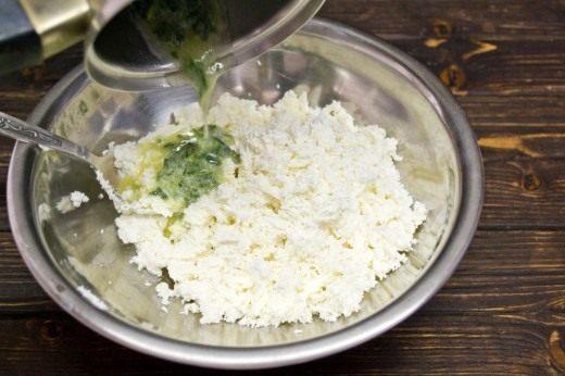 Растапливаем сливочное масло, добавляем в него замороженный шпинат