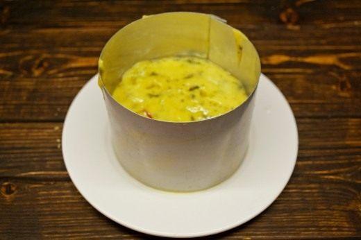 Выкладываем расплавленный сыр в форму и ставим охлаждаться