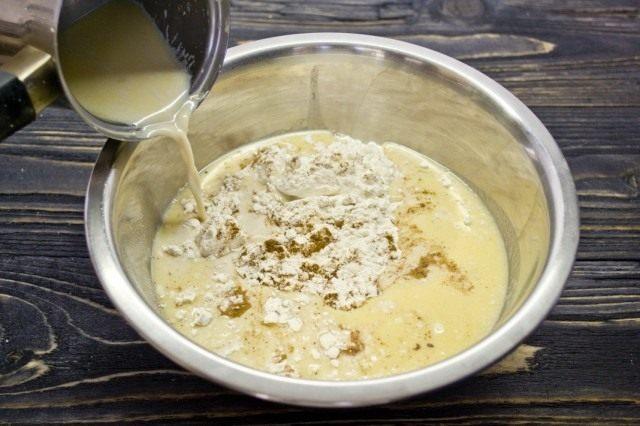 В нагретом со сливочным масло и мёдом молоке разводим дрожжи