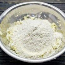 Смешиваем пшеничную муку и разрыхлитель, добавляем к взбитым ингредиентам