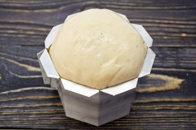 Выкладываем тесто в форму для выпекания
