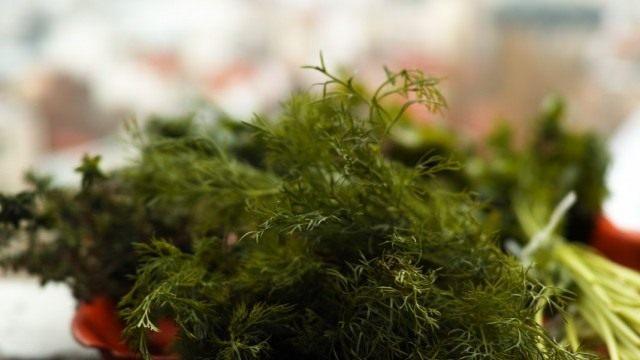 Все органы укропа содержат полезные вещества, но особенно много их в свежих листьях