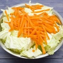 Добавляем тонко нашинкованную морковку