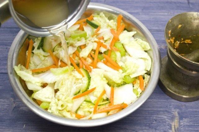 Смешиваем воду из-под овощей с острой кашицей
