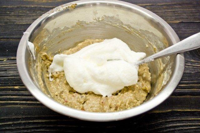 Взбиваем яичные белки, добавляем их в тесто