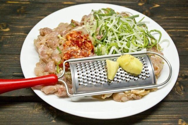 Нарезаем куриное мясо и добавляем овощи