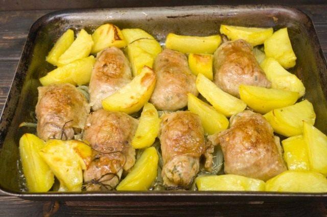 Запекаем куриные котлеты примерно 30 минут, до образования румяной корочки