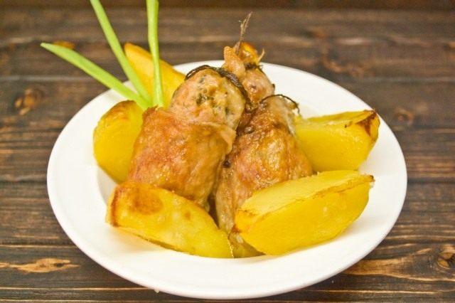Куриные котлеты с имбирём и чили и запечённым картофелем