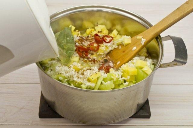Наливаем в кастрюлю 2 литра кипятка, доводим суп до кипения