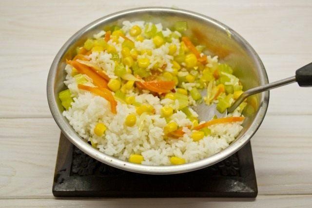 Добавляем отваренный рис, хорошо перемешиваем