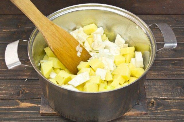 Добавляем корень сельдерея и картофель