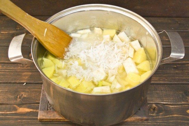 Заливаем кипятком, добавляем кокосовое молоко и кокосовую стружку