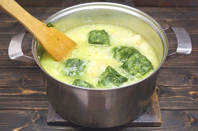 К готовым овощам добавляем замороженный шпинат
