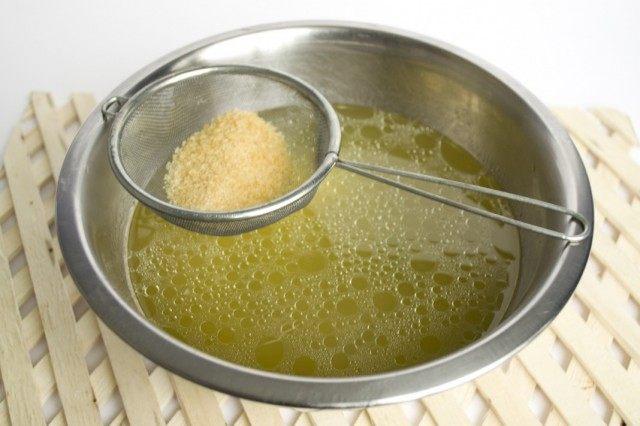 Растворяем в бульоне желатин