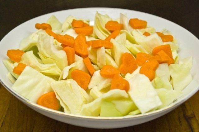 Нарезаем морковь и добавляем к капусте